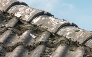 versleten dakpannen